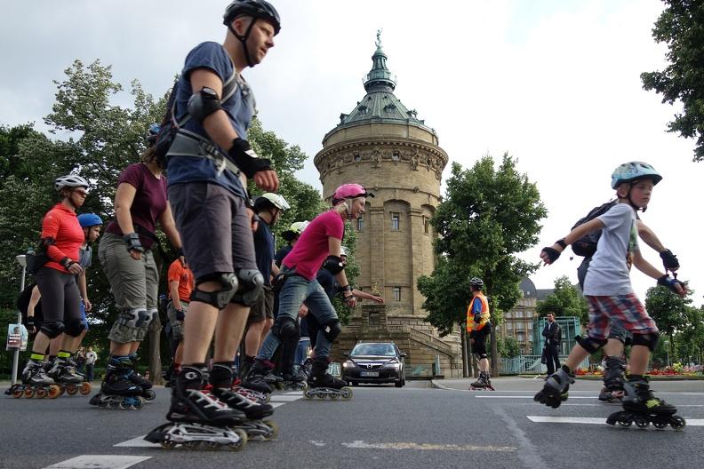 Skatenight Mannheim. Mit viel Spaß auf Rollen rund um den Wasserturm